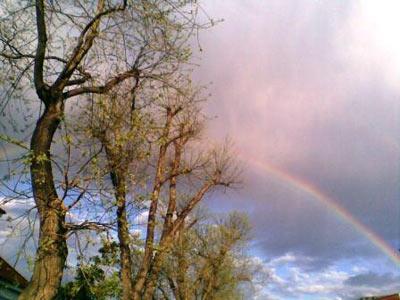 nebe a duha před bouřkou